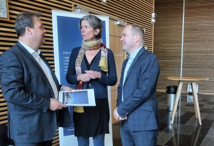 REKORDÅR: Lars Erik Wirsching i DNB Næringsmegling forteller at etterspørselen etter primeeiendommer i Bergen er økende. Her er han sammen med Anne Helene Mortensen og Gunnar Selbyg også de fra DNB Næringsmegling. (Foto: Torgeir Hågøy)