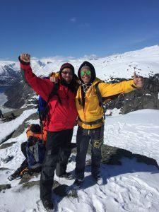 PÅ TOPPEN: Tor Fredrik Müller (t.h.) har selv tatt naturen rundt Eidfjord i nærmere ettersyn. Her fra Trolltunga sammen med