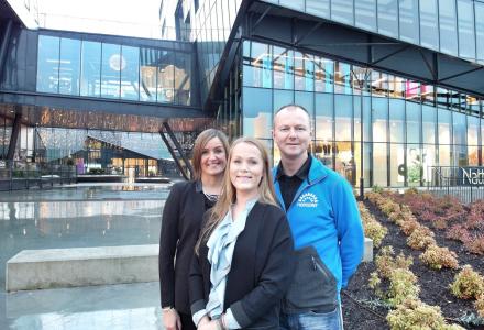 MED I KONKURRANSEN: Senterleder, Jeanette Heggland (foran), driftsleder Jan Erik Andersen og markedssjef Trine Gunnlaugsson. (Foto: Horisont)