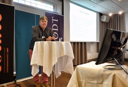 PREMISSER: Trond Blindheim fra Høyskolen Kristiania har en rekke premisser som han mener skal til for at sentrum skal styrke sin posisjon som handelsdestinasjon. (Foto: Torgeir Hågøy)