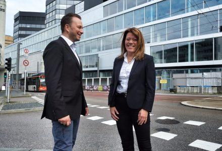 Direktør for Innovasjon Norge i Bergen, Nina Broch Mathisen, sammen med Sturla Hjelmervik. (Foto: Torgeir Hågøy)