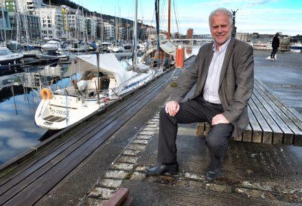 GIR SEG: Rossy Addington har ledet DNB Næringsmegling sitt kontor i Bergen i over 20 år. Nå gir han seg. (Foto: Torgeir Hågøy)