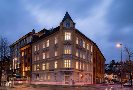 SKAL SELGES: Folkets Hus skal selges. Prisforventningen er på mellom 180 og 200 millioner kroner. (Foto: Eiendomsmegler 1 Næring)