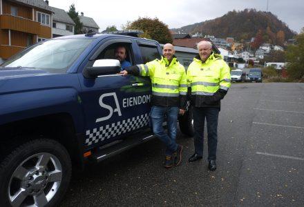 SATSER: Andre Ekrem (t.v.), Jostein Ekrem og Tor Einar Johnsen (i bilen) etablerer selskapet Skadealliansen. (Foto: Torgeir Hågøy)