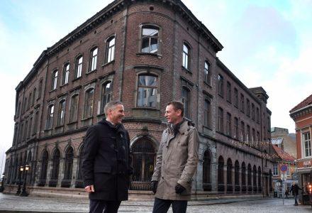 BLIR HOTELL: Alexander Grieg (t.v.) skal leie lokaler og drive det nye hotellet på Vågsallmenningen. Petter Hjortland fra Vestenfjeldske Eiendom er huseier. (Foto: Torgeir Hågøy)